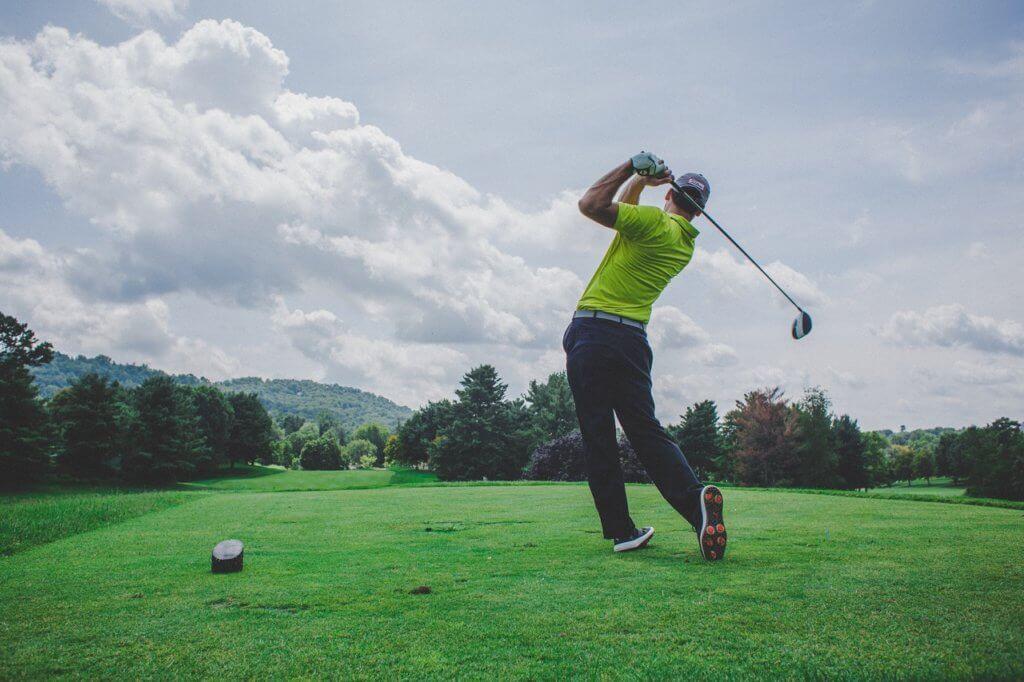ゴルフ - 平日ならお得にプレーを楽しめる